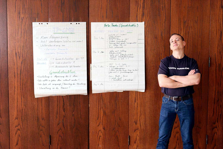 Biu Jee: Die dritte Form behandelt Techniken, die aus extrem naher oder extrem weiter Distanz durchgeführt werden, Tritte auf niedriger Höhe, Ellbogentechniken und Notfalltechniken für den Fall, dass die Zentrallinie und Struktur durch den Gegner beeinflusst wurden. Außerdem werden der Oberkörper und Dehnung verstärkt eingesetzt.  Holzpuppe oder Wooden Dummy (Muk Yan Jong)  Mit der Holzpuppe wird später trainiert, um die Struktur zu stärken und um zu lernen, Kraft richtig einzusetzen. Gary Lam bezeichnet die Holzpuppe oft als den zweiten Lehrer, durch den man das richtige Timing, den korrekten Winkel und eine effektive Struktur lernt. Kampfsituationen werden bei den Bewegungen an der Holzpuppe trainiert; das Training mit der Holzpuppe wird auch als Training mit einem Schattenfeind bezeichnet.